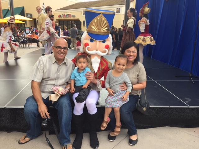 My friend and fellow blogger Oscar aka Not A Grouch and Papidaddy joined the fun with his beautiful family!